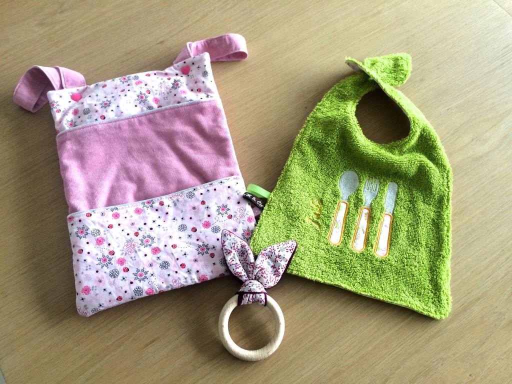 Cadeaux de naissance DIY de 3MetCie. Range-doudou, bavoir brodé et hochet lapin